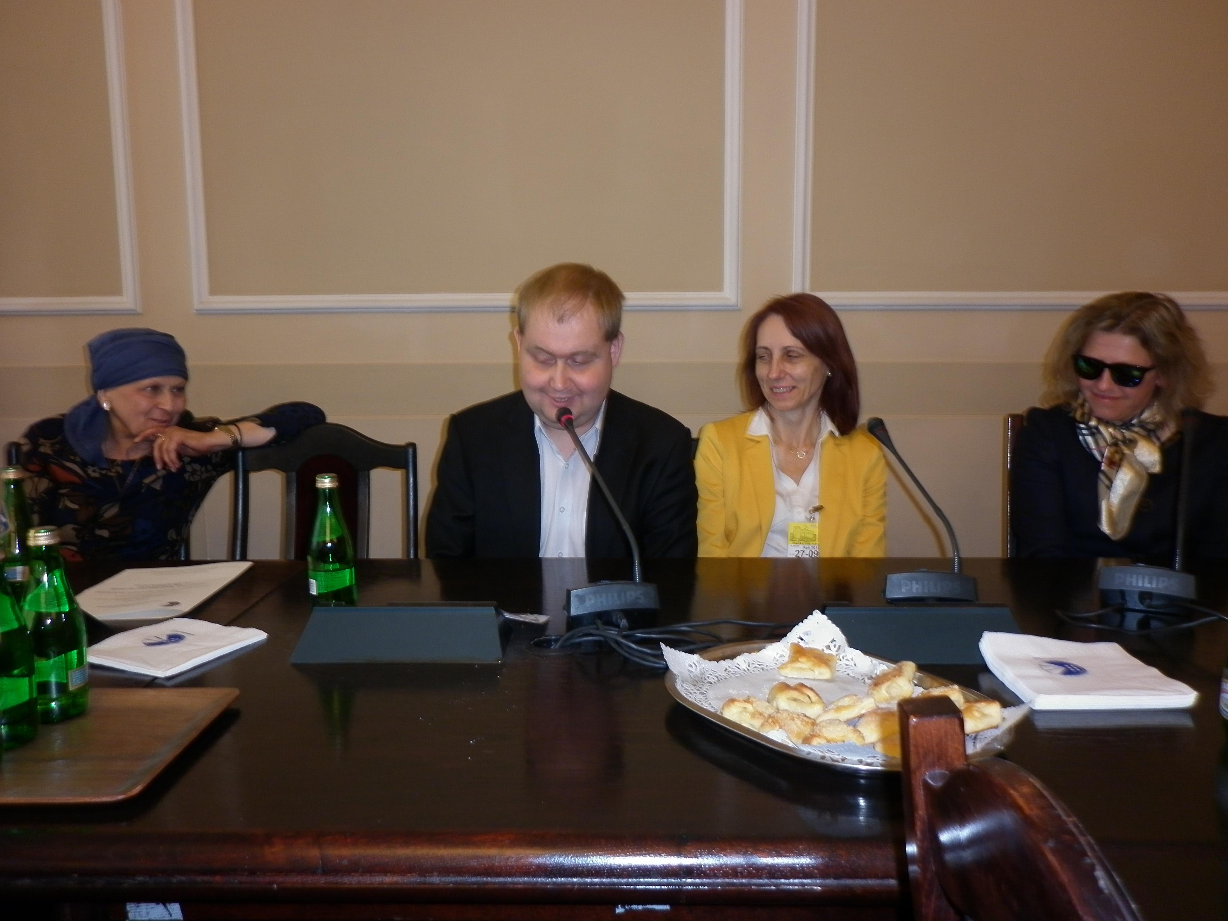 Uczestnicy konferencji (w tym przedstawiciele FEN) siedzący za stołem prezydialnym
