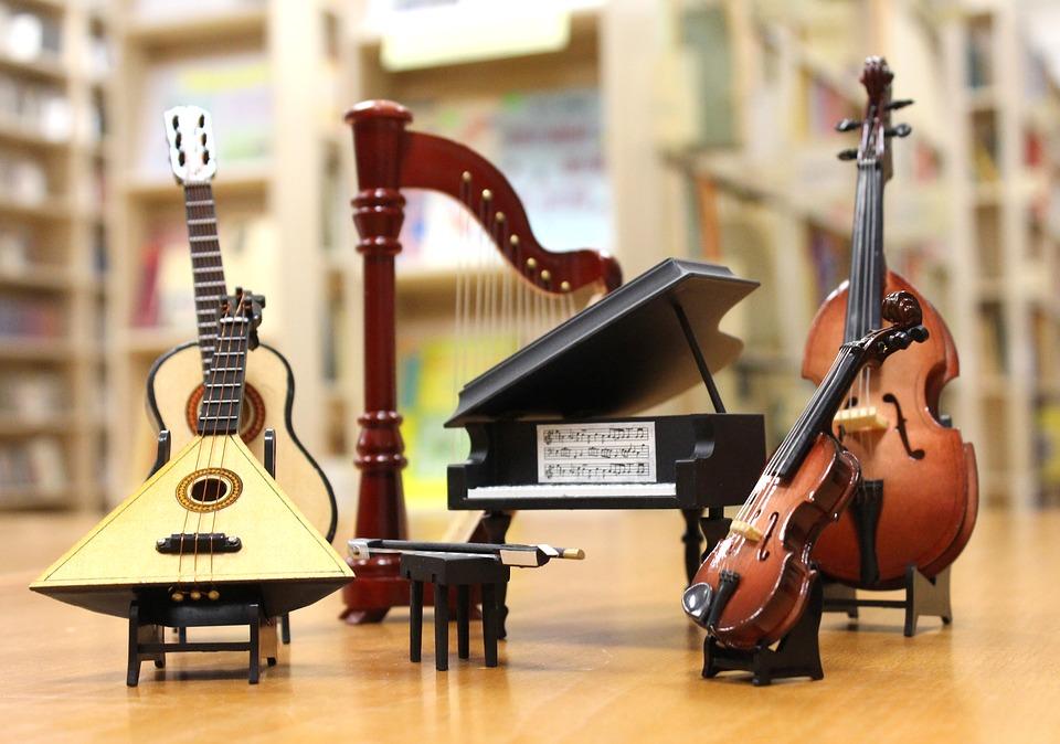 Zdjęcie przedstawia instrumenty muzyczne